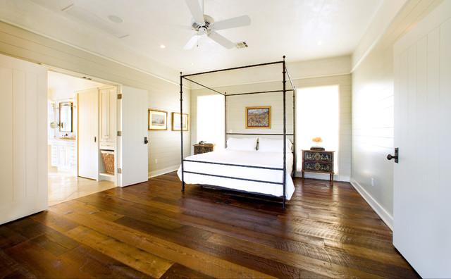 Bedroom with golden looks