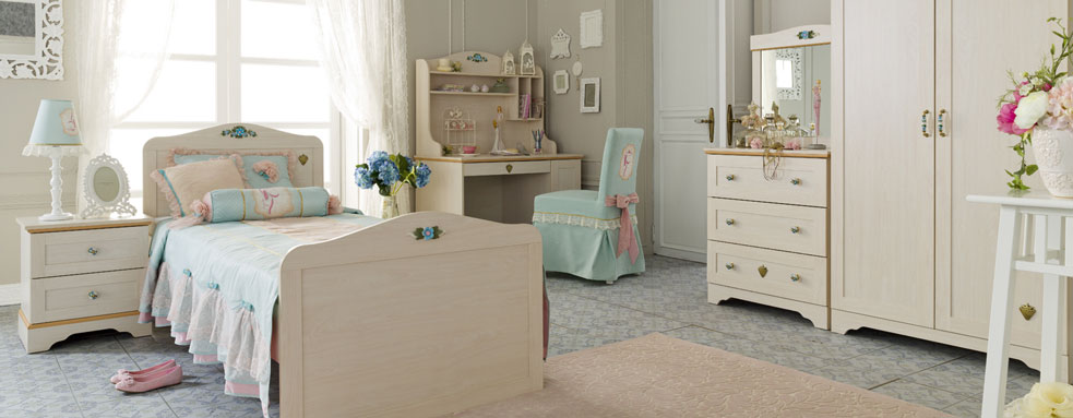 blue-flora-beddings-with-neutral-furniture