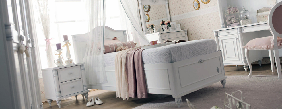 flora-wall-paper-with-white-beddings-girls-bedroom