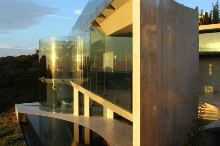 ton  stark house glass walls