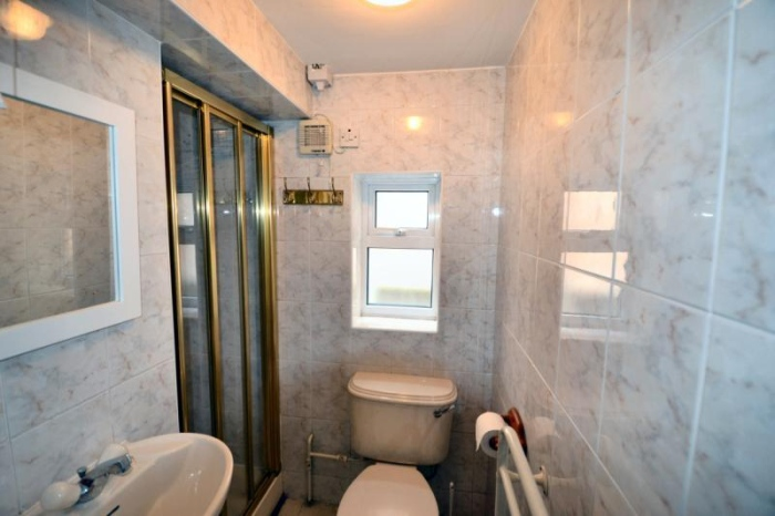 small well maintained bathroom
