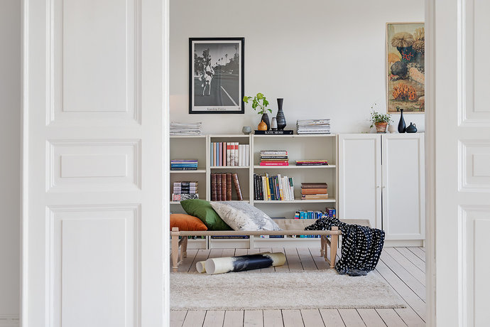 living-room-with-bookshelve