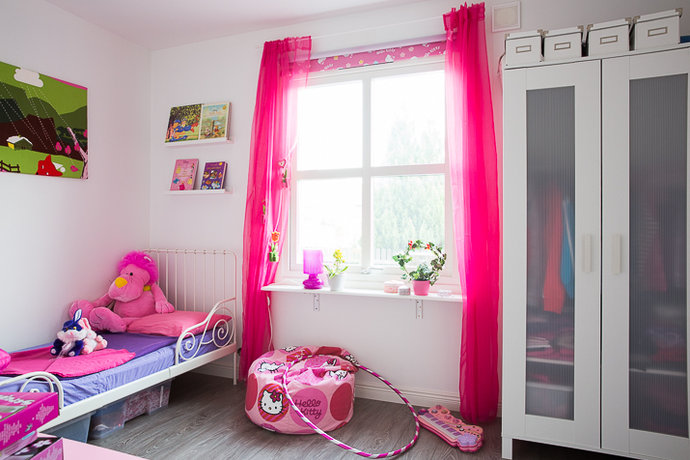 teen bedroom with wall pictures