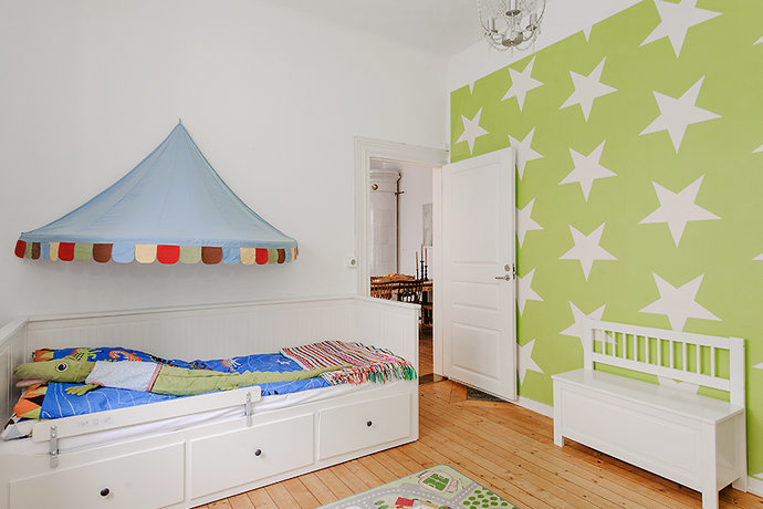 green and white star wallpaper in teen bedroom