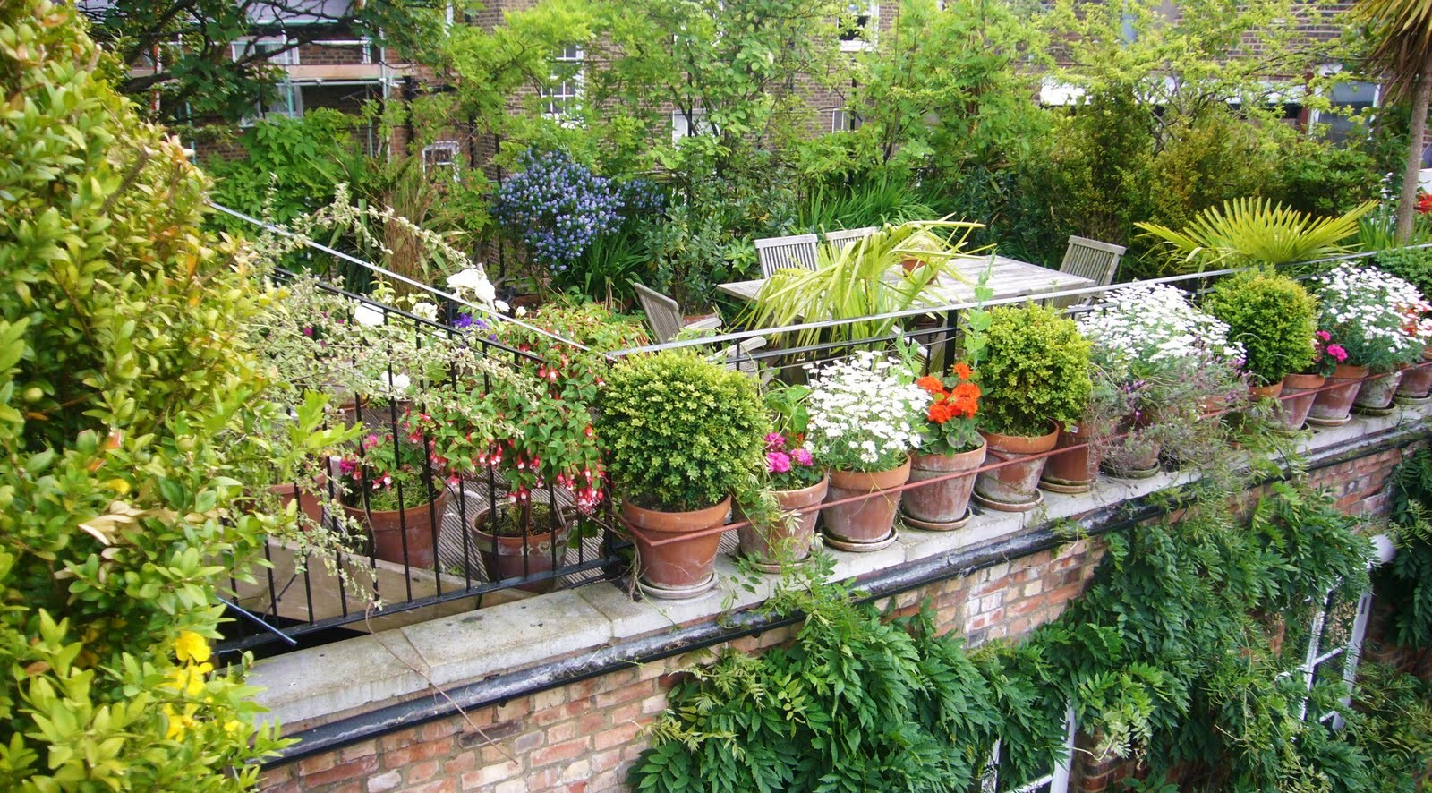 Fabulous space saving designs for the rooftop garden for Garden design ideas with pots