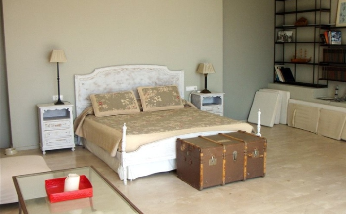 White-And-Beige-Modern-Bedroom-Villa-Design