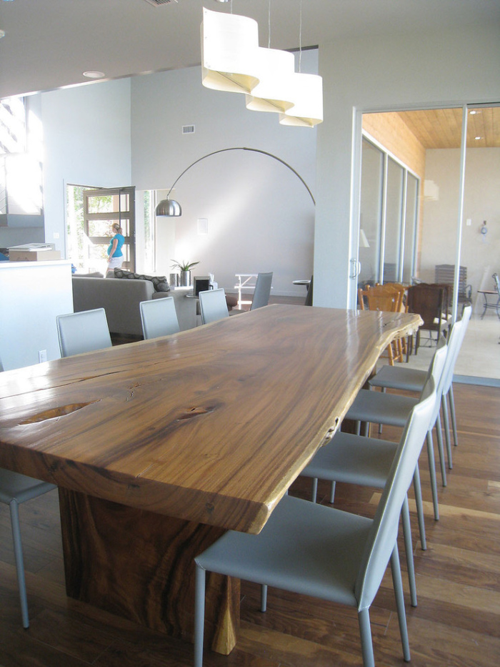 Modern-Dining-Room-with-greyish-blue-plastic-dining-chairs