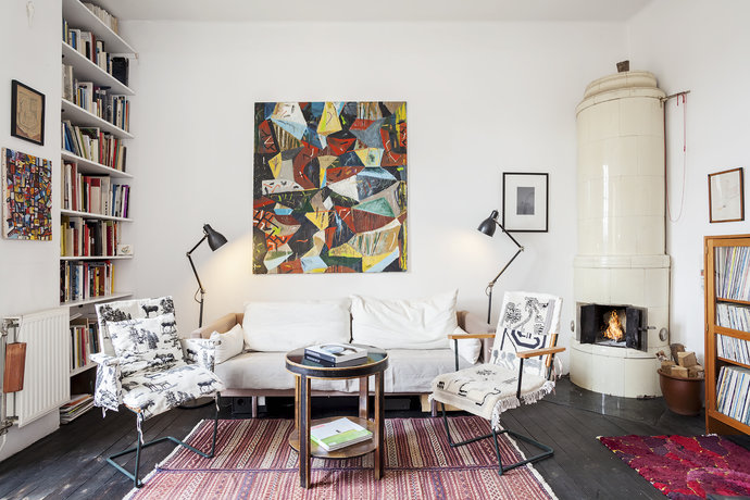 Contemporary-lounge-with-a-fireplace