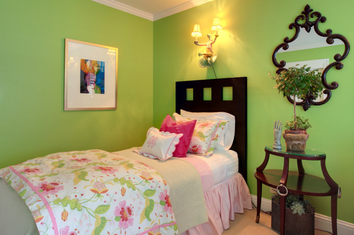The-single-dark-wooden-bed-looks-good-with-the-lime-green-back-drop-in-kids-bedroom