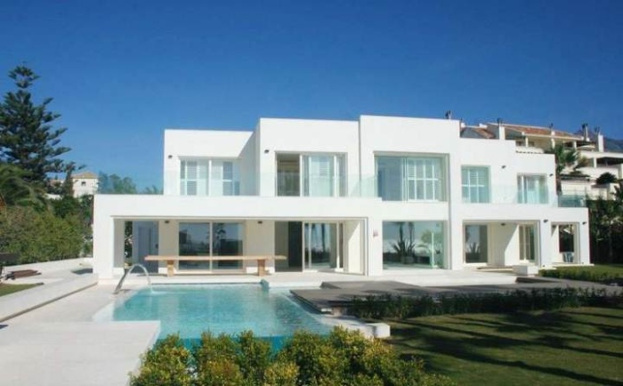 White-Contemporary-House-With-A-Swimming-Pool-Nestled-In-The-Front