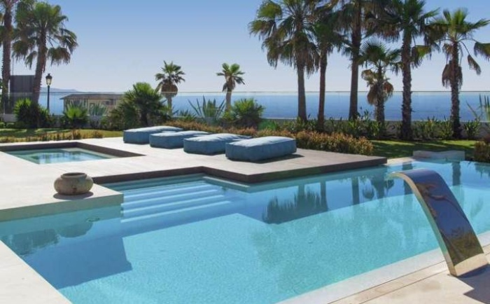 Modern-Swimming-Pool-With-Beautiful-Steps