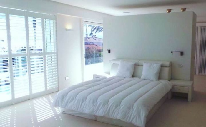 White-Modern-bedroom-With-A-Picture-Decor