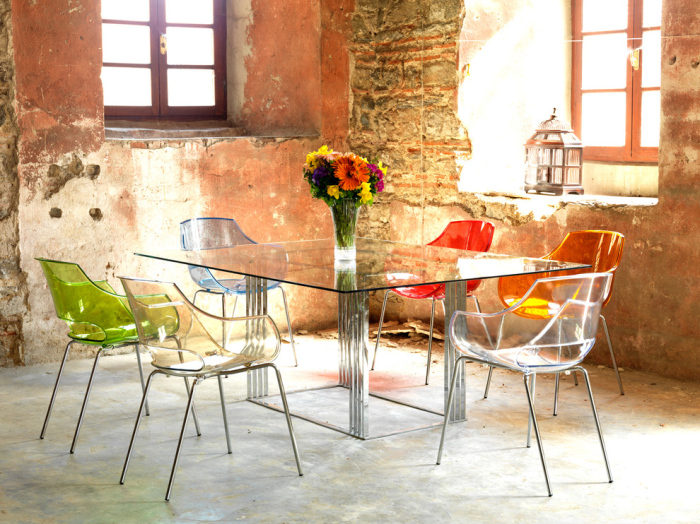 Rustic-dining-room-with-a-plastic-dining-table