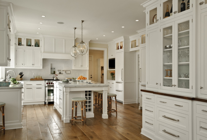 Traditional-Kitchen-with-a-big-square-marble-italian-kitchen-work-table-idea