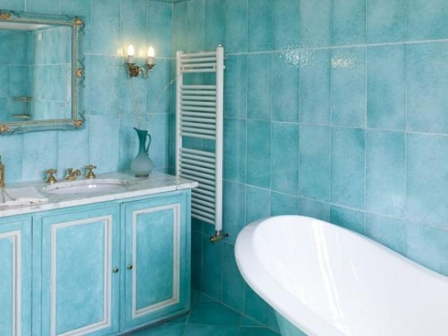 vintage bathroom style in blue
