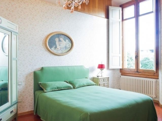 beige wallpaper in bedroom
