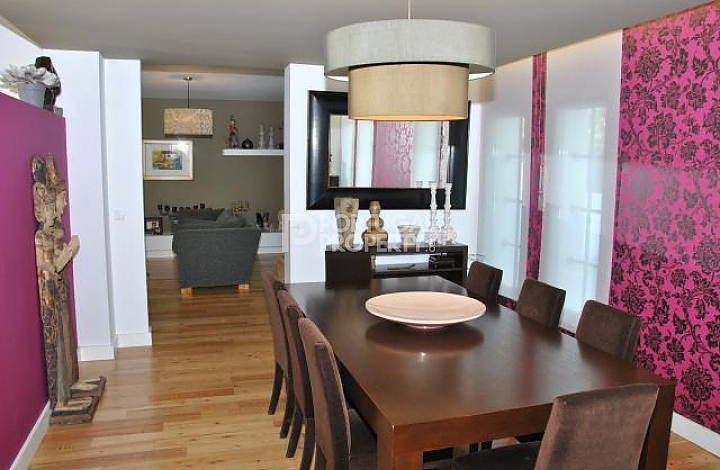 Magnificent and superb villa with contemporary for Plum dining room chairs