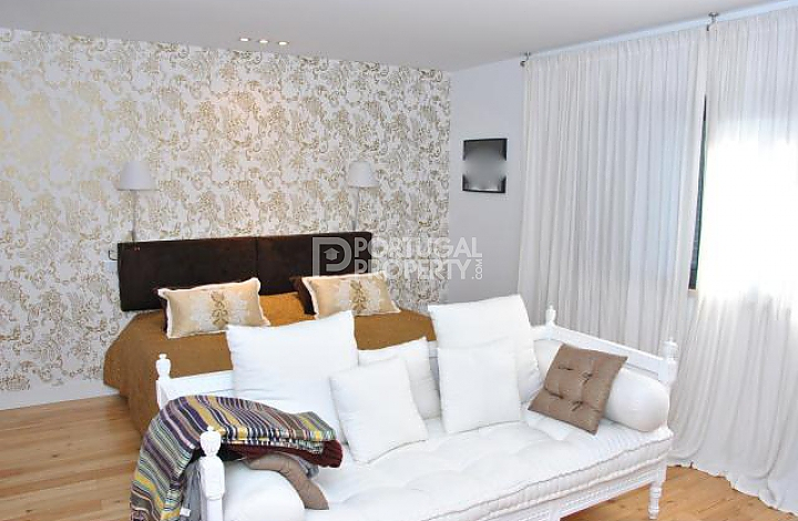 bedroom with wallpaper design