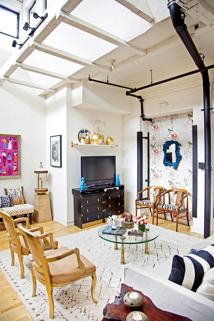 In this eclectic style that wall space with a mirror in the middle comes out lively and exciting