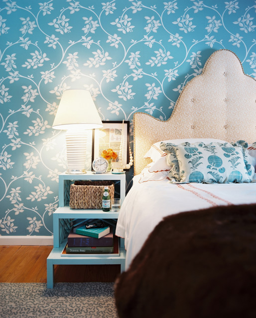 A side table in teal color is very much welcomed by the wall's choice of color scheme