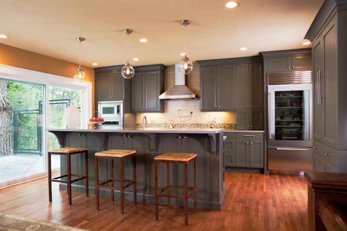 Grey has been predominantly used in this kitchen decor
