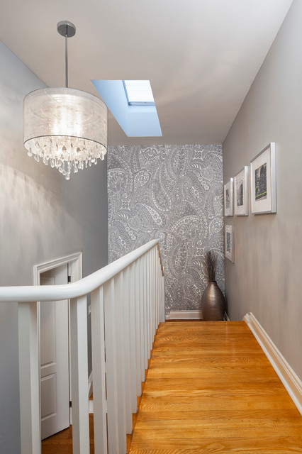 The wall paper with paisley design in silver color is full of life