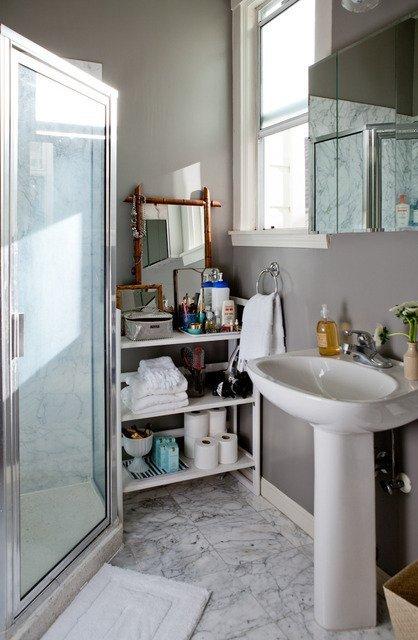 Bathroom with pedestal sinks