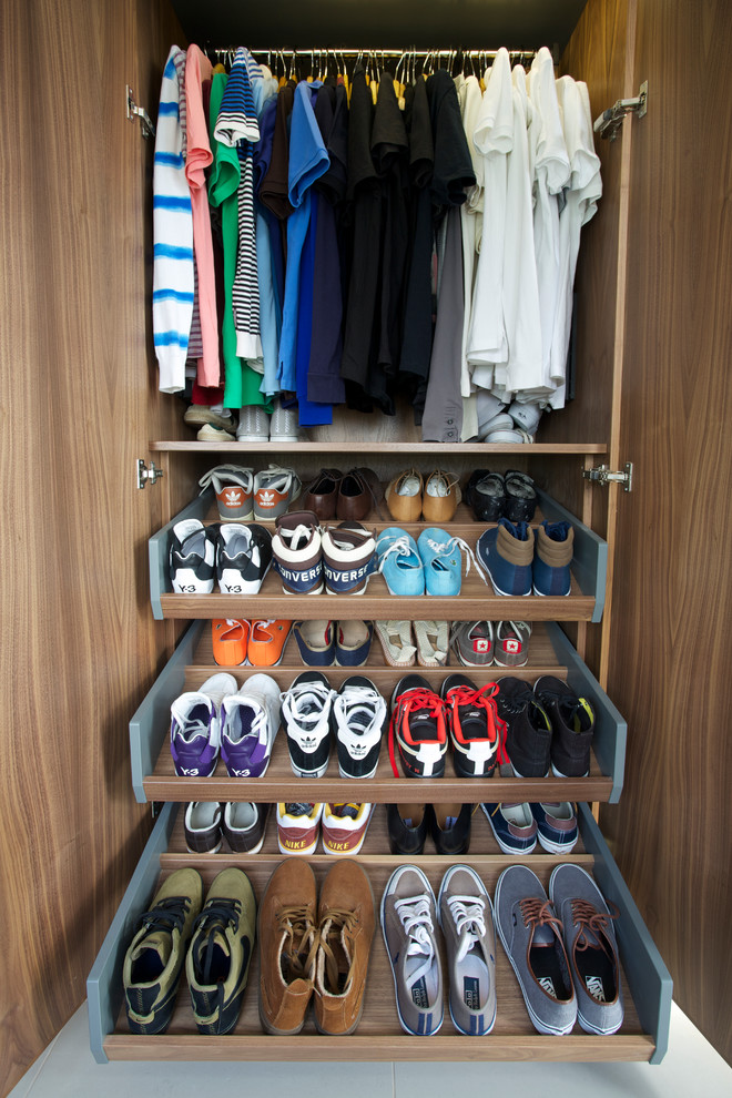 Closet with sliding drawers