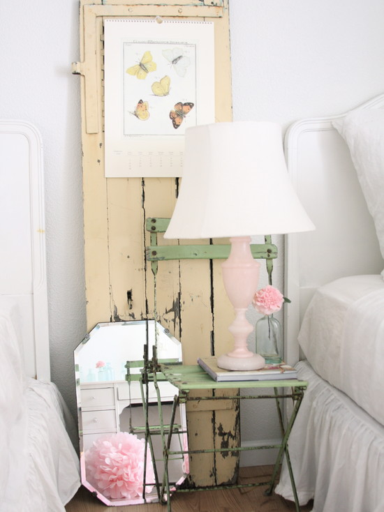creamy pink color lamp gives a breezy feel