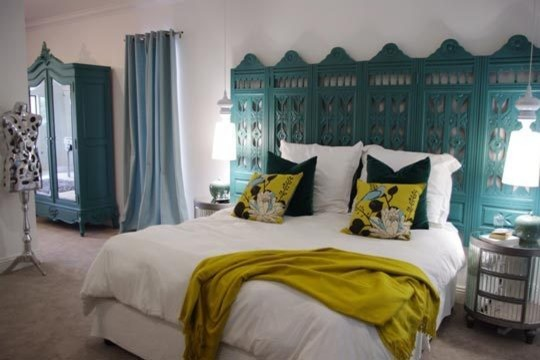 Teal colored divider is used as the bed's headboard