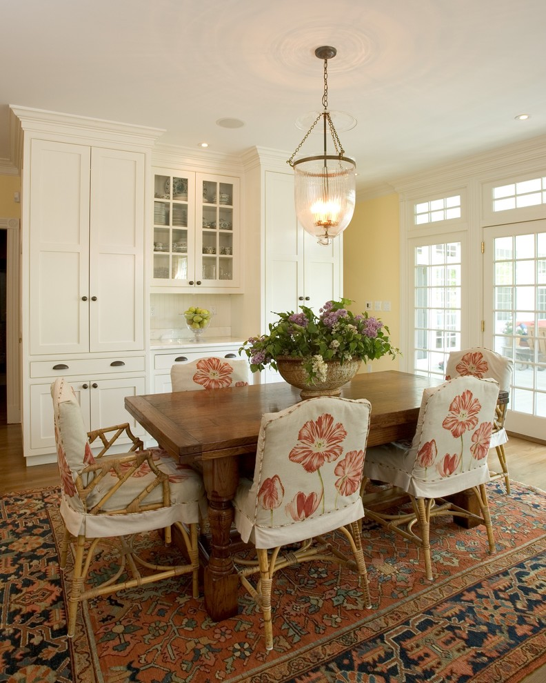 Dining room with flower decor