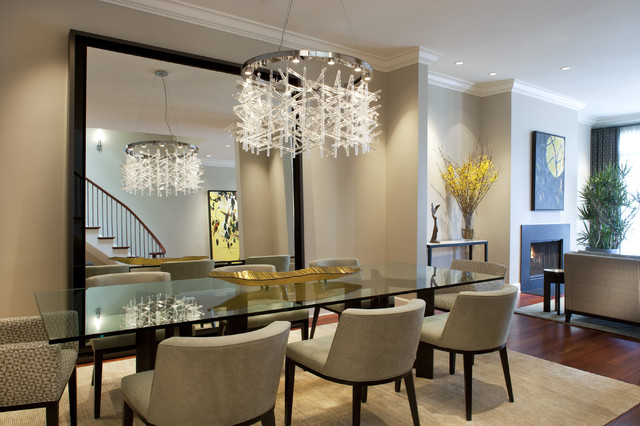 Dining rooom with a mirror
