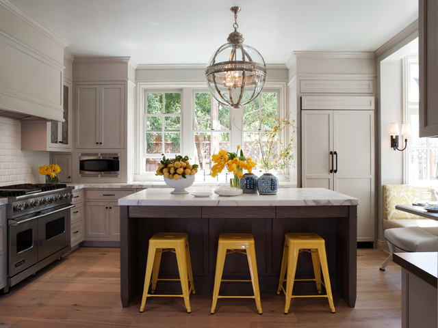 Kitchen with pendant chandeliers