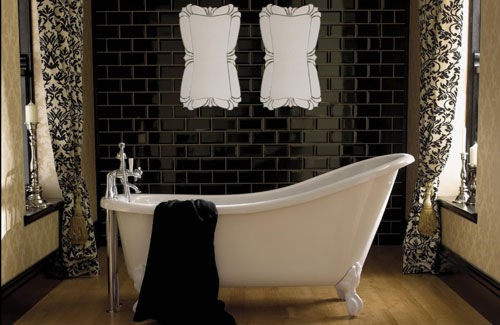 Small bathroom with a white bathtub