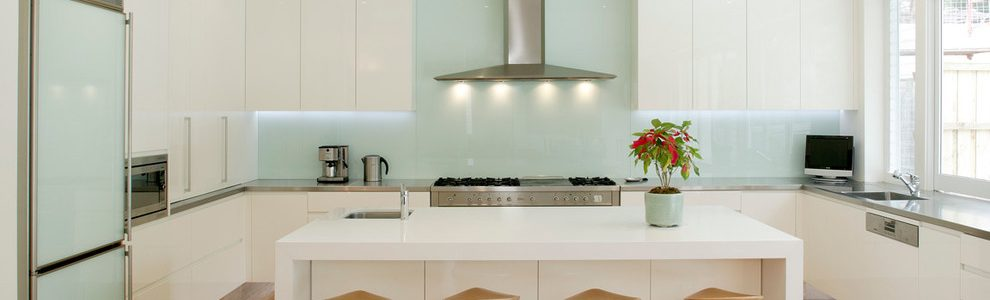 Eye Catching Kitchens With Glass Backsplash