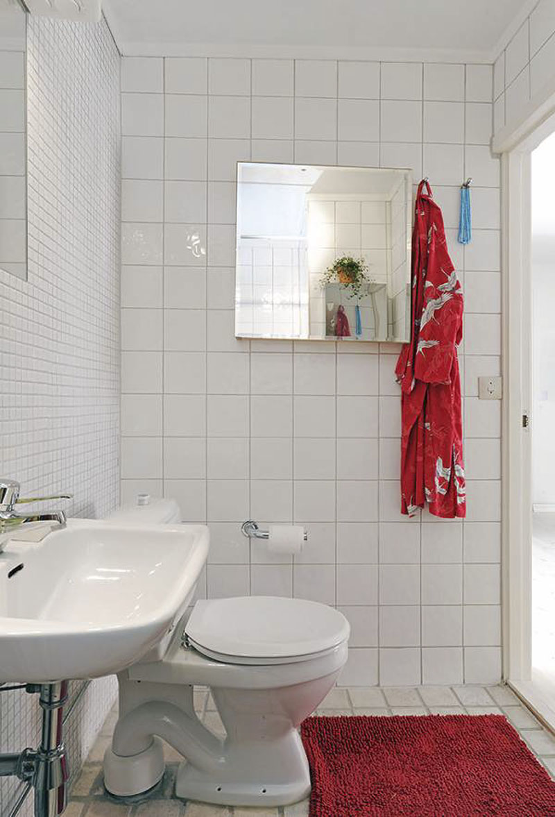 Unique ways of decorating the small bathroom on Small Apartment Bathroom Ideas  id=12576