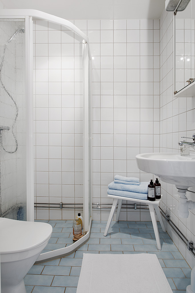 Chic ideas for small bathrooms with shower on Small Bathroom Ideas With Shower Only id=25650