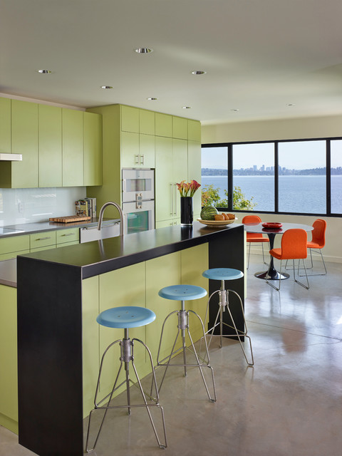 The dazzling black countertop of the island is a highlight of this design
